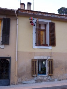 Why do the Santas in Cagnes-sur-Mer not use the chimney?